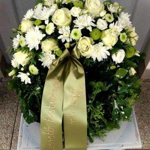 Görög koszorú egy ponton díszített vegyes fehér virágokból 8032