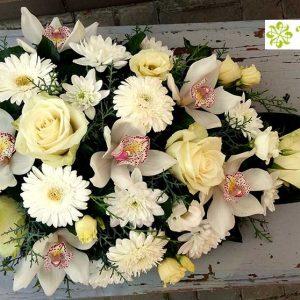 Tűzött sírcsokor fehér-krém virágokból 2063/1