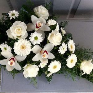 Tűzött sírcsokor fehér vegyes virágokkal  2056
