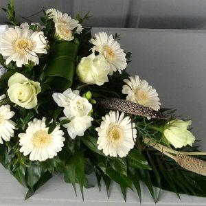 Tűzött sírcsokor fehér virágokból száraz elemekkel  2058