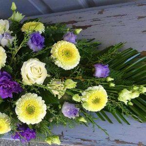 Tűzött sírcsokor lila-krém virágokkal  2044