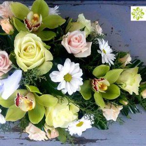 Tűzött sírcsokor pasztell színű virágokból 2070